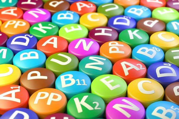 Sok színes golyó, rajtuk a vitaminok nevei.
