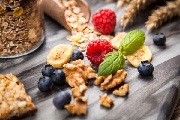 Emésztési gondokon segítő élelmiszerek, zabpehely, müzli, dió, szeletelt banán, málna, fekete áfonya.