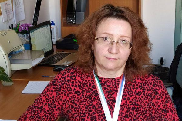 Dr Szekeres Mária, a SOTE Egészségtudományi Főiskola docense piros pulóvereben ül az irodájában.