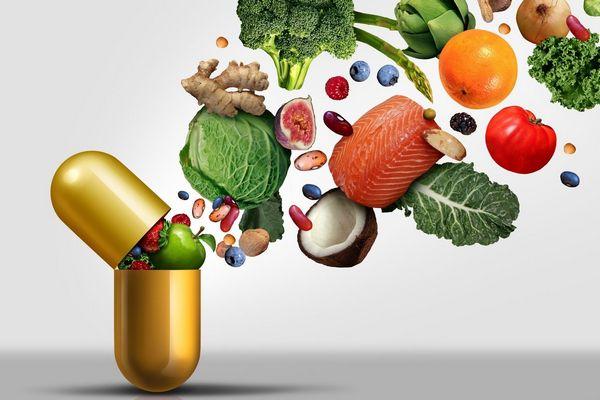Egy imitált kapszulából sok zöldség, gyümölcs és mag repül ki, káposzta, lazac, narancs, paradicsom, hagyma, fekete áfonya, füge, gyömbér, saláta, málna, bab, kókusz, alma, eper.