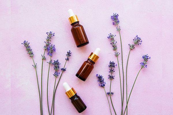 Alvást segítő aromaterápiás levendulaágak és -virágok és levendula-illóolajos üvegcsék.