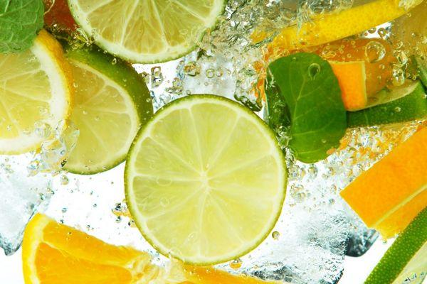 Vízben narancskarikák, limekarikák és mentalevelek úszkálnak.