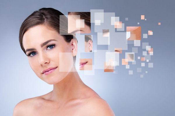 Egy szürke háttér előtt fiatal nő, mellette kis képek a bőre szépségét mutatja.
