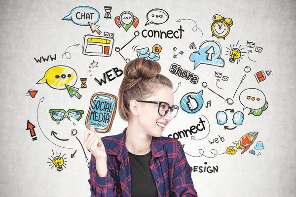 Egy fiatal lány sok közösségi médiát szimbolizáló ikon között.