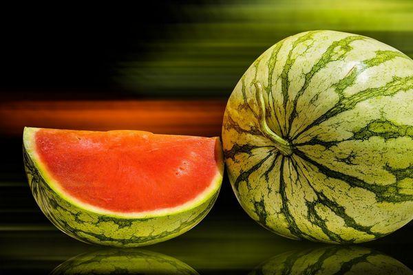 Egy asztalon görögdinnye, mellette egy szelet görögdinnye.