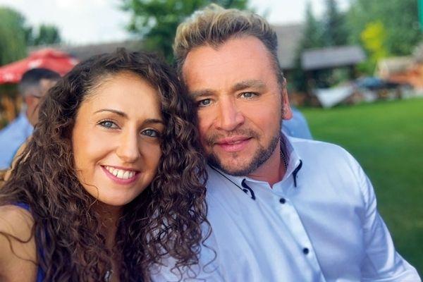 Mészáros Árpád Zsolt énekes színész feleségével.
