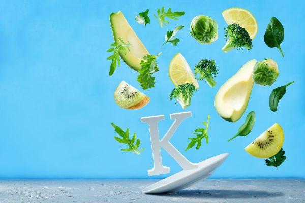 K-vitamint tartalmazó táplálékok, kivi, brokkoli, avokádó, spenót, saláta, citrom, kelbimbó.