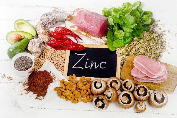 Cinket tartalmazó élelmiszerek, avokádó, gomba, mandula, sonka, rák, spenót, mák, marhahús.