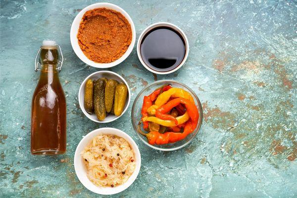 A bélrendszer egészségét szolgáló probiotikus élelmiszerek, kombucha, savanyú uborka, savanyú káposzta, kimcsi, savanyított paprika.