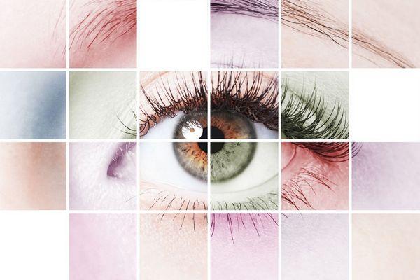 Egy színes kockás háttér előtt az női szem néz.
